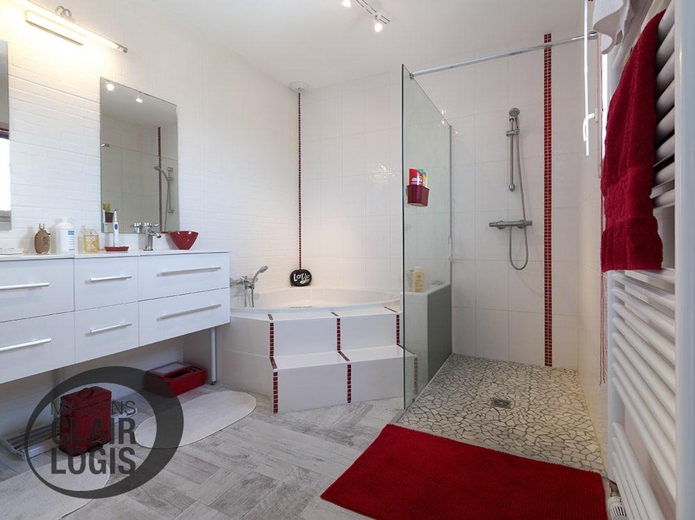 Belle salle de bain moderne avec douche à l'italienne et baignoire