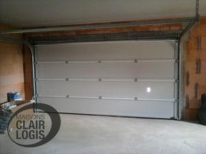 Porte de garage de la maison neuve