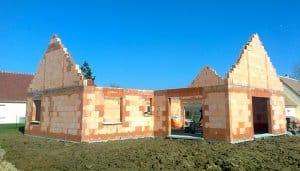 Elévation des murs d'une maison en briques