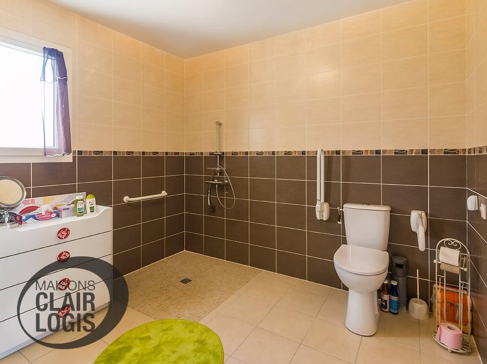 Salle de bain d'une maison PMR